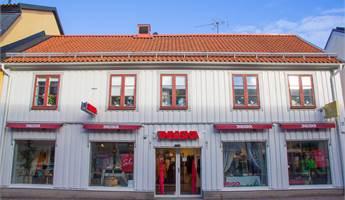 Ingång till butik mot Västra Storgatan.