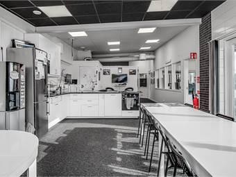 Personalrum med kök och toalett.