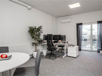 Kontor på 28 kvm med franskbalkong. Samt 4 fönster mot korridoren
