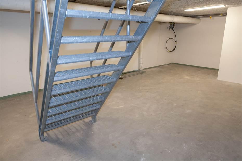 Det vänstra lagerrummet med trappa