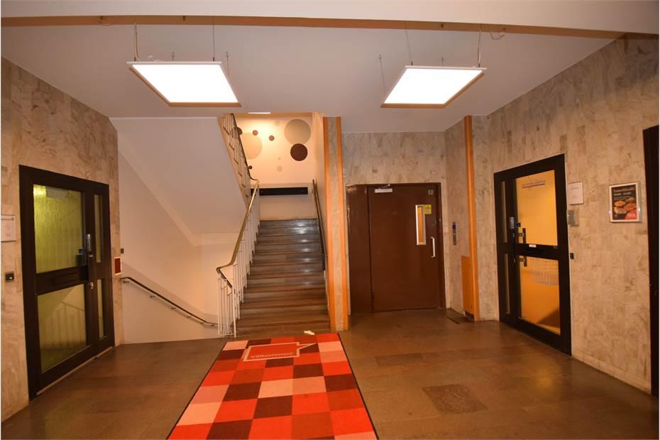 Entrén med hiss och trappor